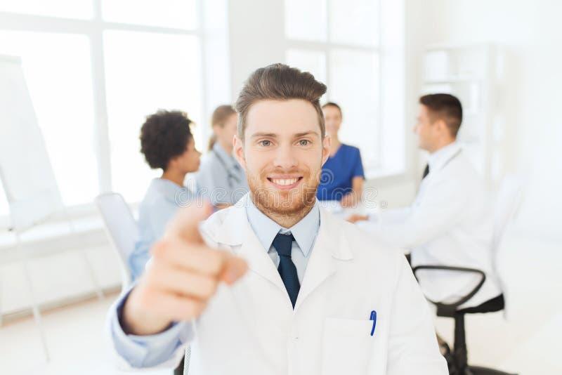 Счастливый доктор над группой в составе сотрудник военно-медицинской службы на больнице стоковые изображения