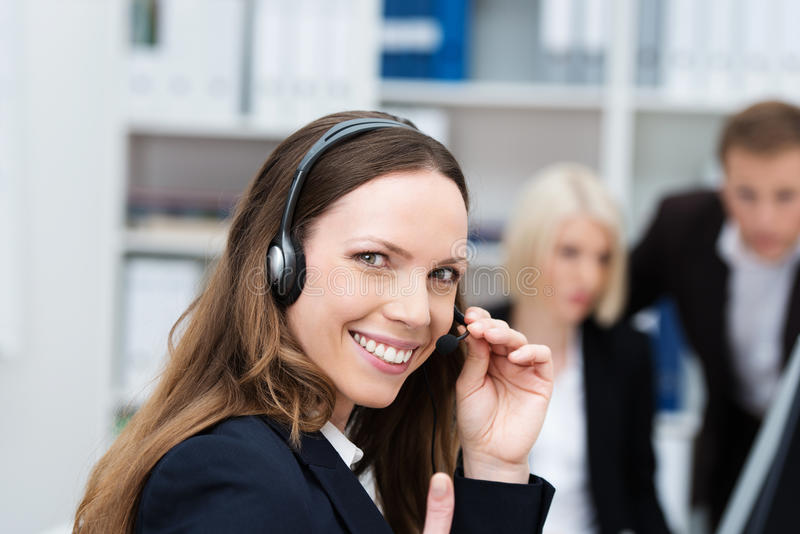 Счастливый оператор центра телефонного обслуживания стоковая фотография