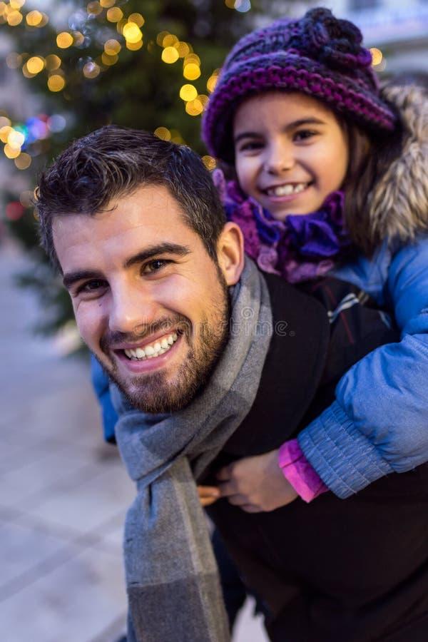 Счастливый отец и дочь имея потеху в улице стоковая фотография