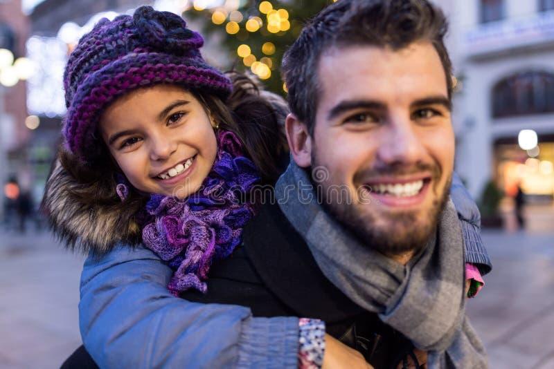 Счастливый отец и дочь имея потеху в улице стоковое фото