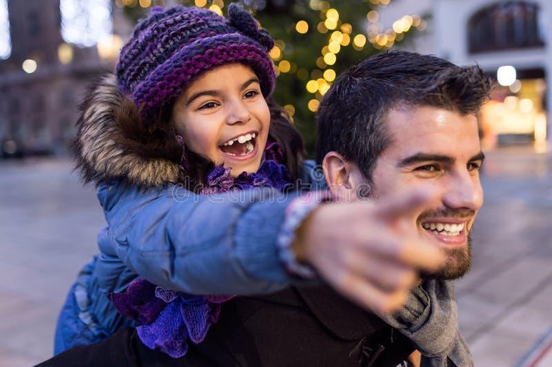 Счастливый отец и дочь имея потеху в улице стоковые фотографии rf
