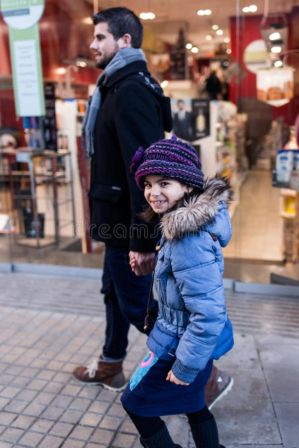 Счастливый отец и дочь имея потеху в улице стоковая фотография rf
