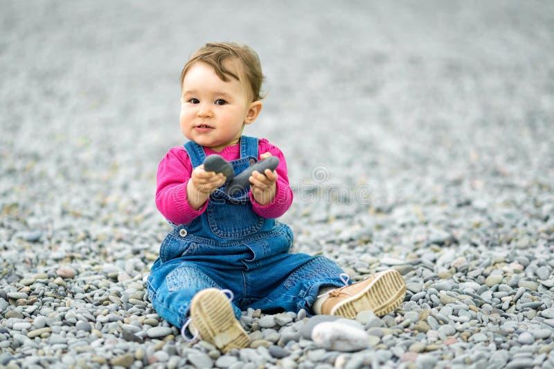 Счастливый одн-год-старый ребенок играя на пляже стоковые изображения rf