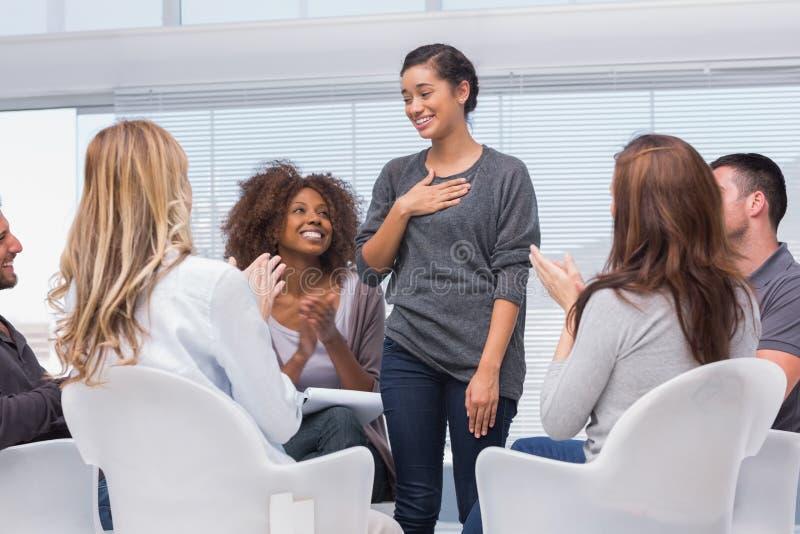 Счастливый пациент имеет прорыв в терапии группы стоковое фото rf