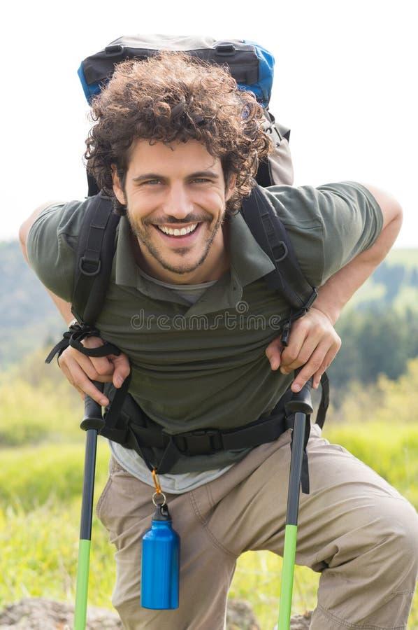 Счастливый пеший туризм человека внешний стоковое изображение rf