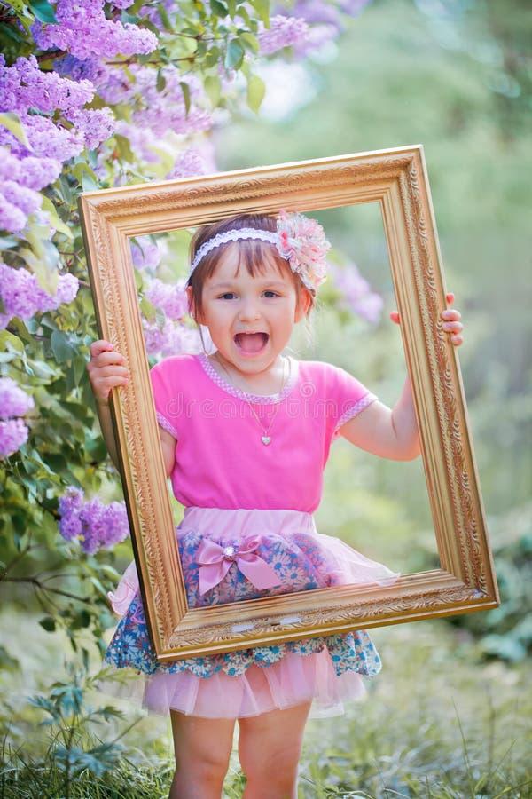 Счастливый портрет девушки через старую рамку стоковые фото