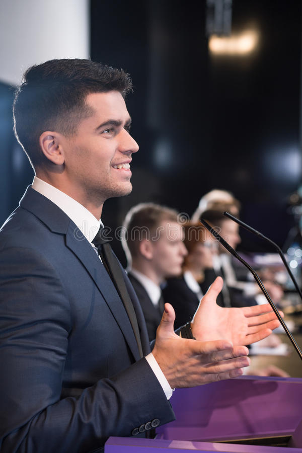 Счастливый политик во время пресс-конференции стоковое изображение rf