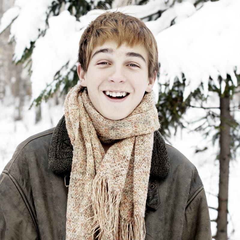 Счастливый подросток в лесе зимы стоковая фотография