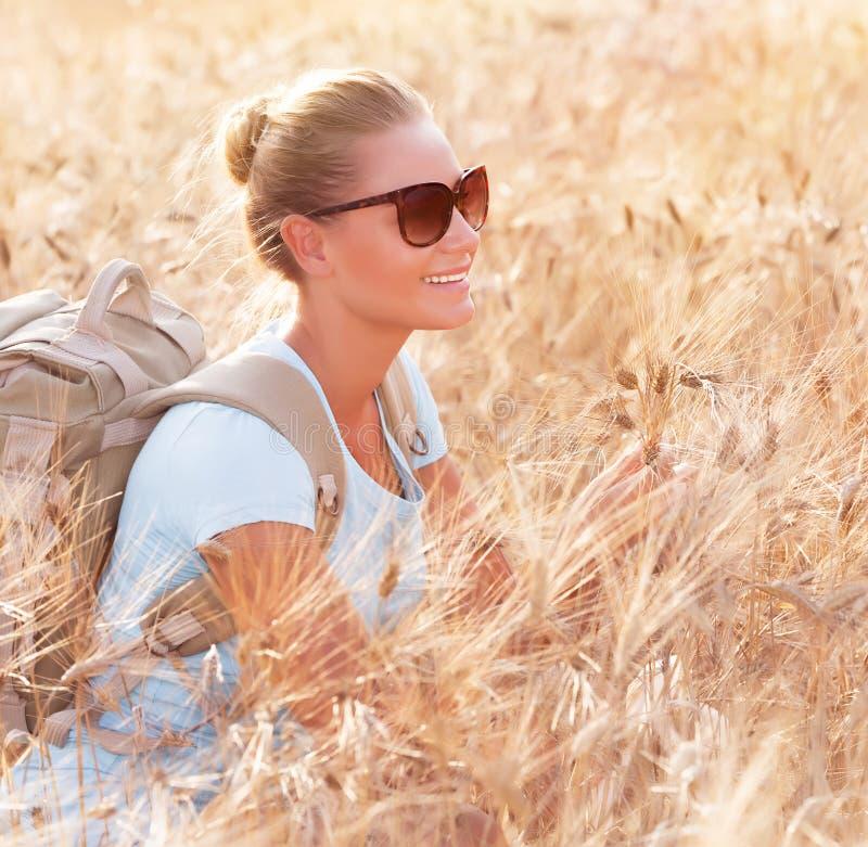 Счастливый путешественник в пшеничном поле стоковое фото rf