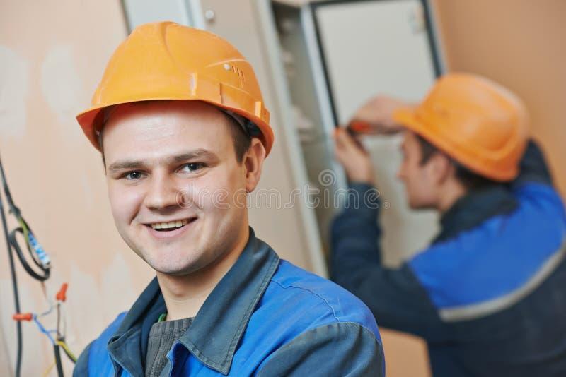 Счастливый работник инженера электрика стоковая фотография rf