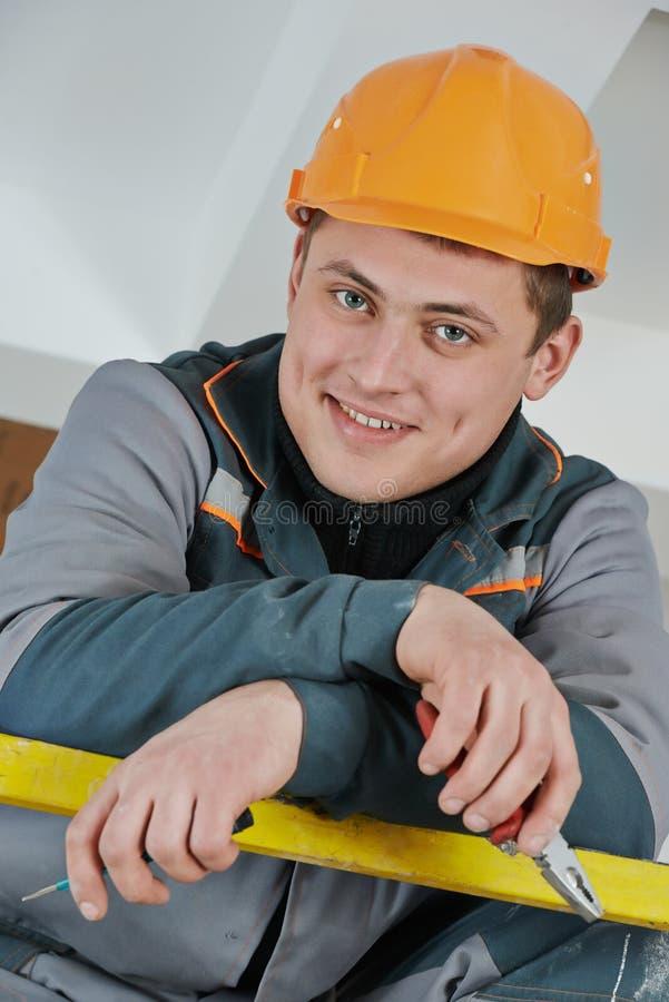 Счастливый работник электрика стоковое фото