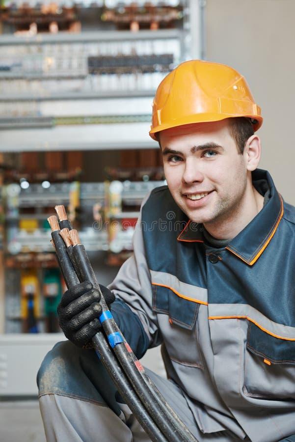 Счастливый работник электрика стоковые изображения