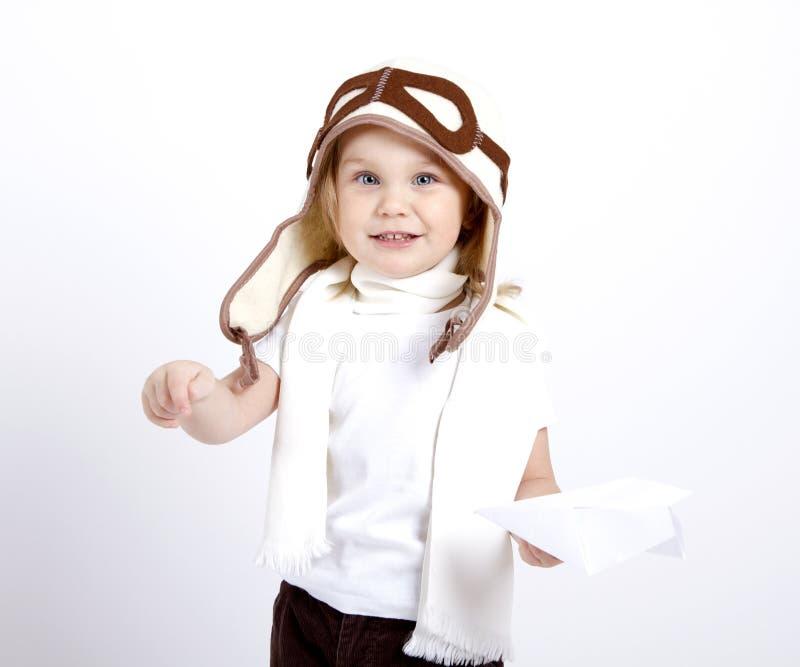 Счастливый ребенк играя с бумажным самолетом стоковая фотография rf