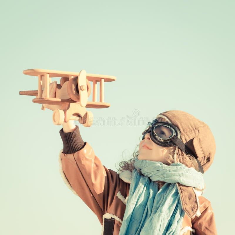 Счастливый ребенк играя с самолетом игрушки стоковая фотография rf