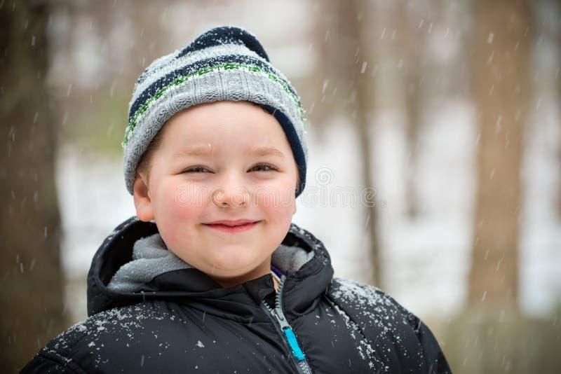 Счастливый ребенок в снеге стоковое фото rf