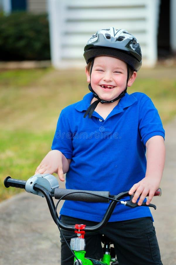 Счастливый ребенок ехать его велосипед стоковое изображение rf