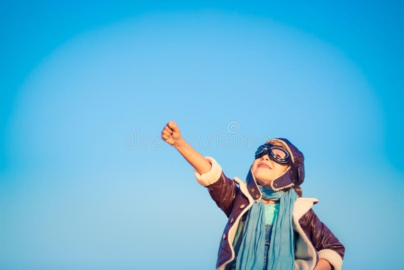 Счастливый ребенок играя с самолетом игрушки стоковые фото