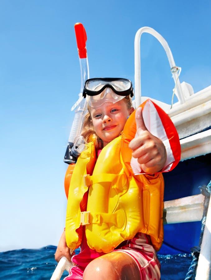 Счастливый ребенок на яхте. стоковые изображения rf