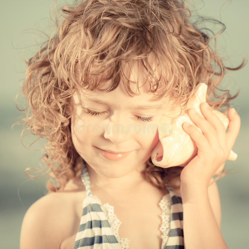 Счастливый ребенок на пляже стоковые изображения