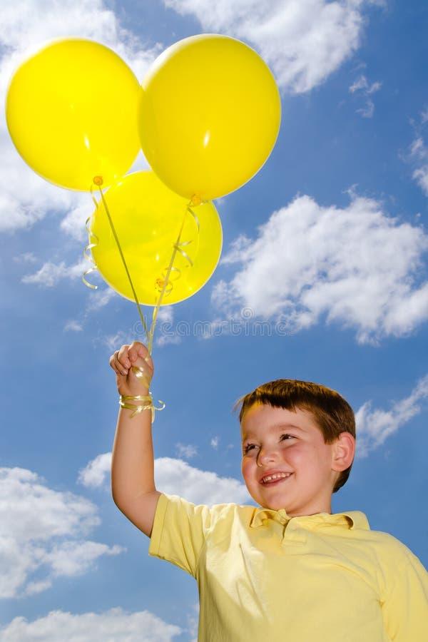 Счастливый ребенок с воздушными шарами стоковые изображения rf