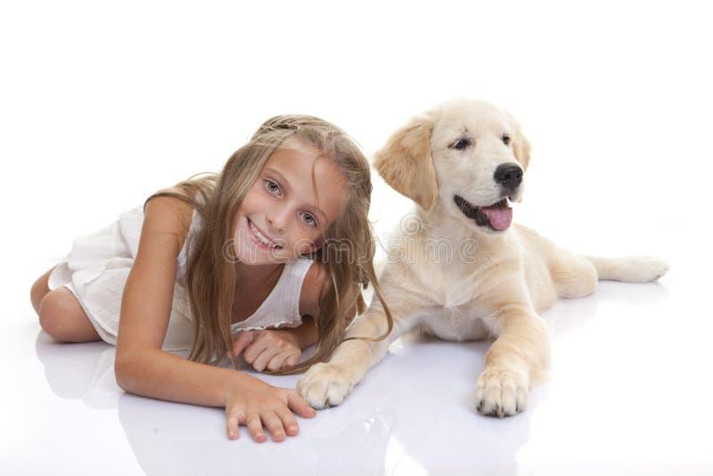Счастливый ребенок с собакой щенка любимчика стоковое фото