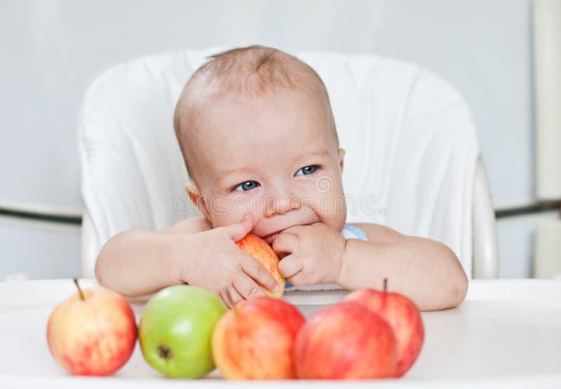 Счастливый ребёнок есть яблока стоковые фото