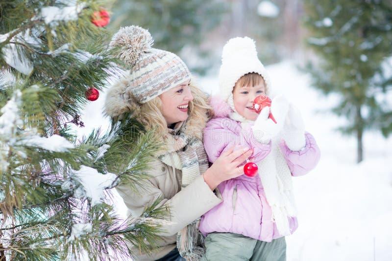 Счастливый родитель и ребенк играя с рождественской елкой стоковые изображения