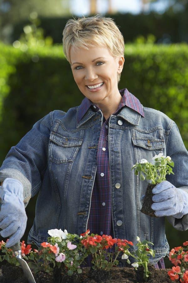 Счастливый садовничать женщины стоковая фотография