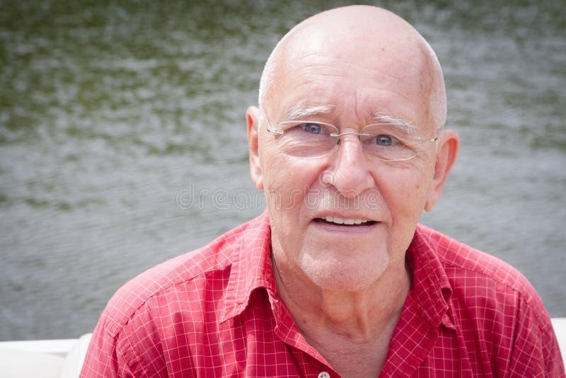 Счастливый старик водой стоковое фото