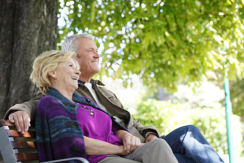Счастливый старший ослаблять пар внешний стоковое фото rf