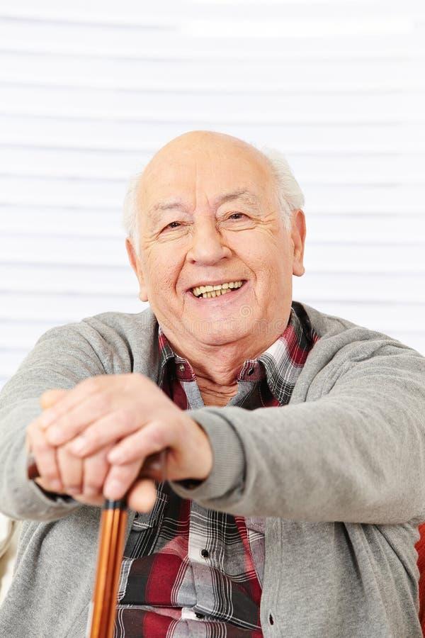 Счастливый старший человек с тросточкой стоковое фото rf
