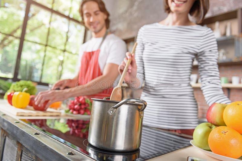 Счастливый супруг и жена подготавливая здоровую еду стоковые фото