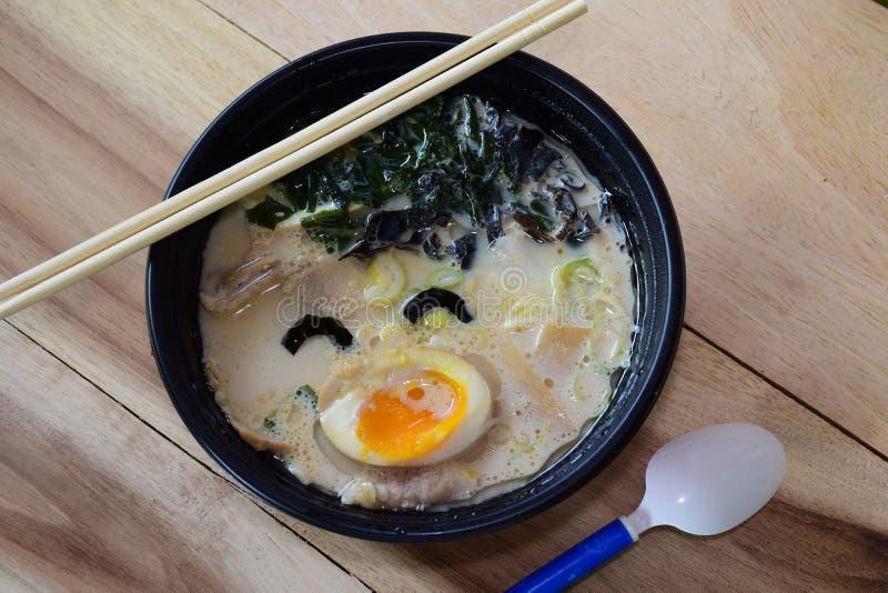 Счастливый суп рамэнов стоковые фотографии rf