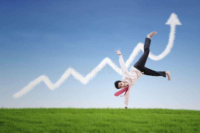 Счастливый таец бизнесмена на облаке диаграммы выгоды стоковые изображения rf