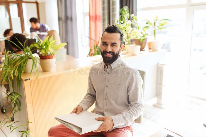 Счастливый творческий мужской работник офиса с folfer стоковые изображения rf