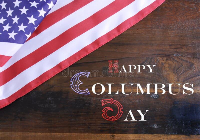 Счастливый текст сообщения приветствию дня Колумбуса на темной деревенской рециркулированной древесине стоковое изображение