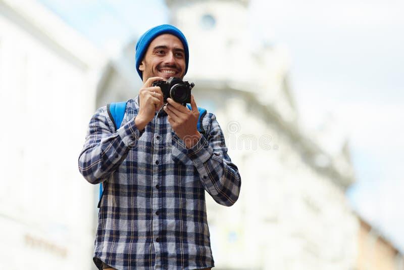 Счастливый туристский Sightseeing в европейском городе стоковое фото rf
