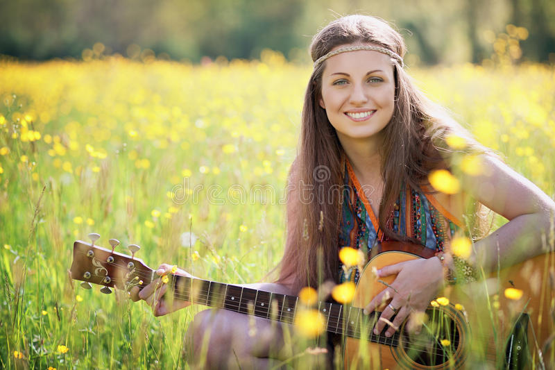 Счастливый усмехаться женщины hippie стоковые изображения