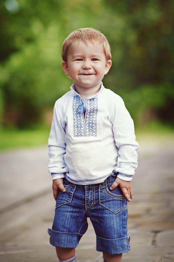 Счастливый усмехаясь белокурый мальчик Лето outdoors стоковое фото rf