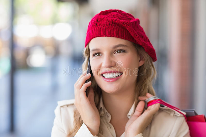 Счастливый усмехаясь женщина вызывать стоковые фотографии rf
