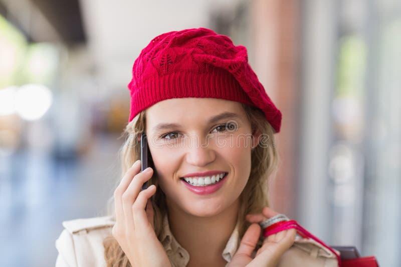 Счастливый усмехаясь женщина вызывать стоковые изображения rf