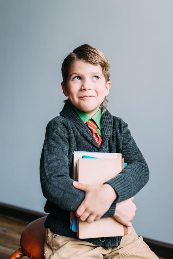 Счастливый усмехаясь мальчик студента стоковое изображение rf