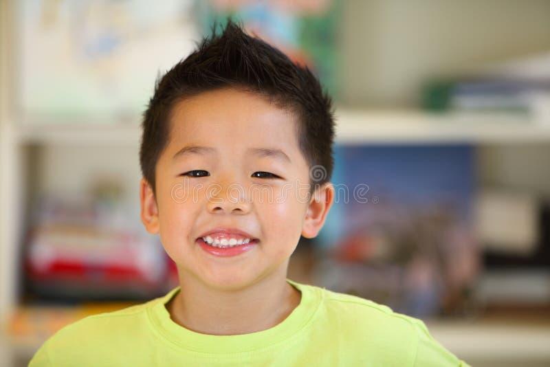 Счастливый усмехаясь молодой азиатский мальчик стоковое фото rf