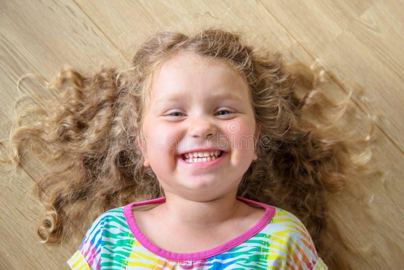 Счастливый усмехаясь портрет конца-вверх маленькой девочки стоковая фотография rf