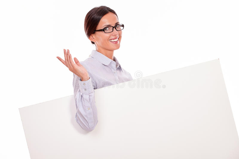 Счастливый усмехаясь плакат нося женщины брюнет стоковое фото