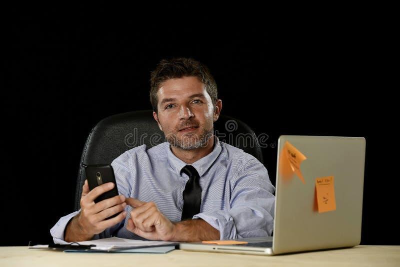Счастливый успешный бизнесмен усмехаясь на wi стола компьютера офиса стоковая фотография rf