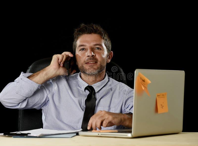 Счастливый успешный бизнесмен усмехаясь на wi стола компьютера офиса стоковая фотография