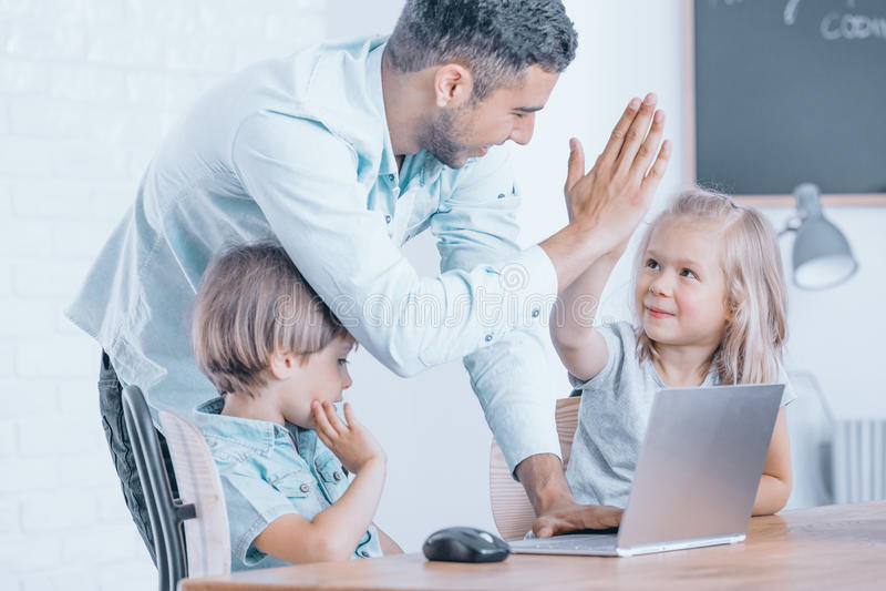 Счастливый учитель поздравляет девушку стоковое изображение