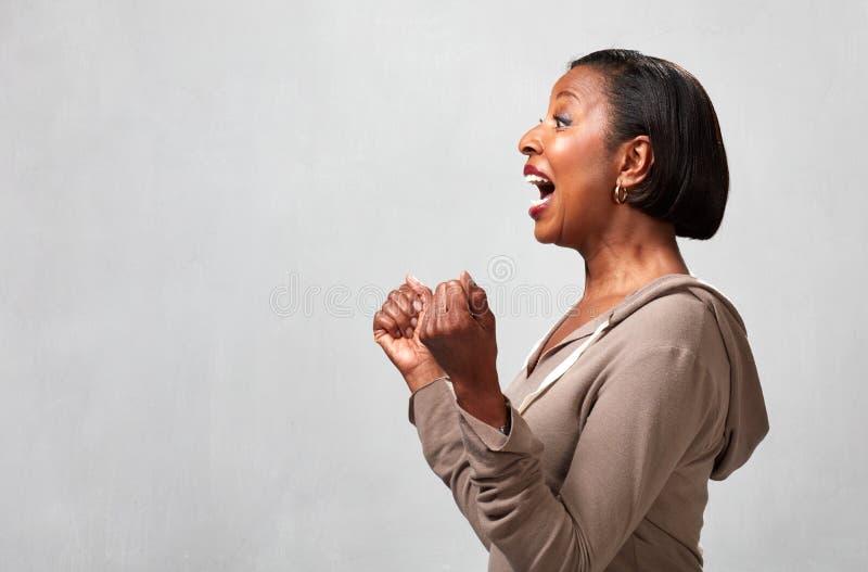 Счастливый удивленный профиль чернокожей женщины стоковое изображение