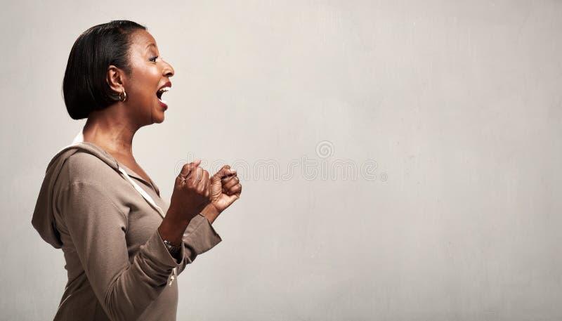 Счастливый удивленный профиль чернокожей женщины стоковые изображения rf